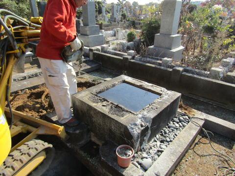 お墓の中は水浸し